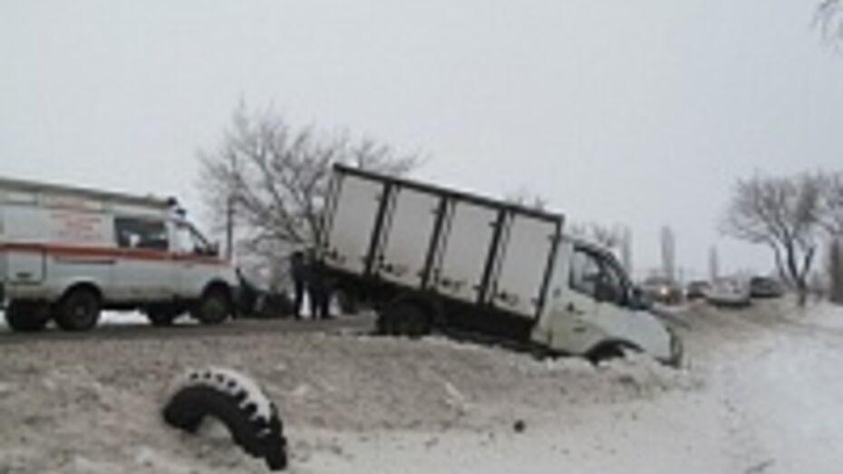 Два человека ранены после столкновения «ВАЗа» с «Газелью» в Воронеже