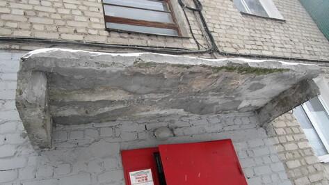Жильцы пятиэтажки в центре Воронежа пожаловались на опасный козырек подъезда