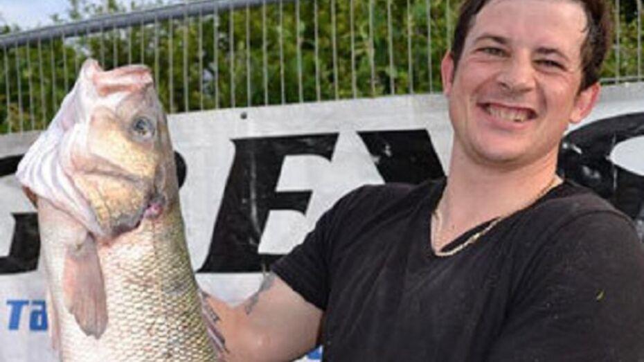 Чтобы стать победителем в спортивной рыбалке, мужчина украл окуня из аквариума