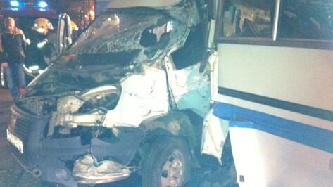 В Воронеже столкнулись автобус №80 и маршрутная «Газель»