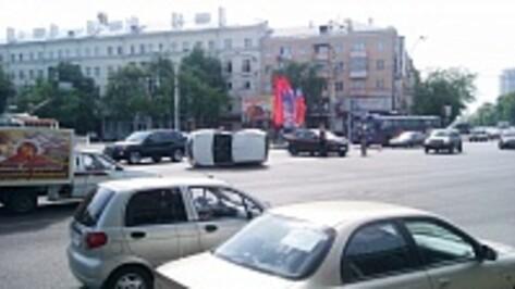 В Воронеже на площади Заставы в ДТП перевернулась иномарка