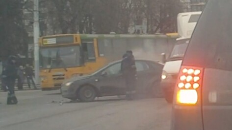 Воронежские водители устроили аварию на глазах гаишников (ВИДЕО)