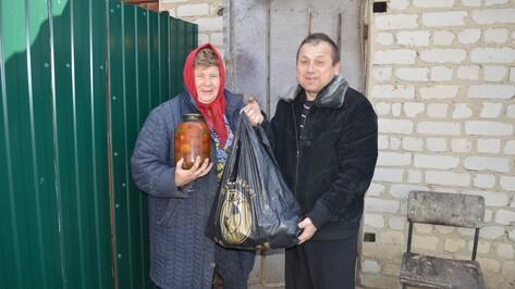 Жители новоусманской деревни обеспечили едой и одеждой переселенцев с Украины