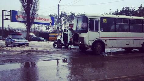 В Воронеже водитель «Газели» пострадал при столкновении с маршруткой 26А