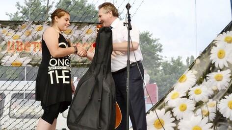 За спасение ребенка грибановской школьнице вручили гитару