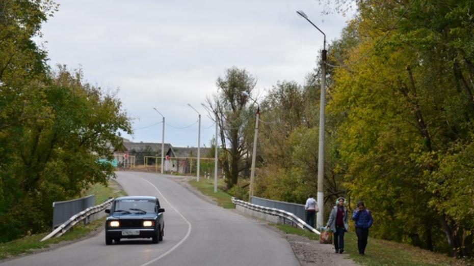 В Верхнем Мамоне осветили мост через Ольховку