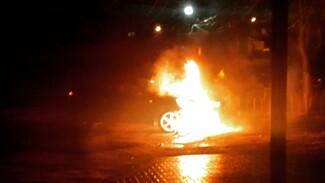 В центре Воронежа ночью сгорела иномарка