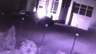 Поджог иномарки в центре Воронежа попал на видео