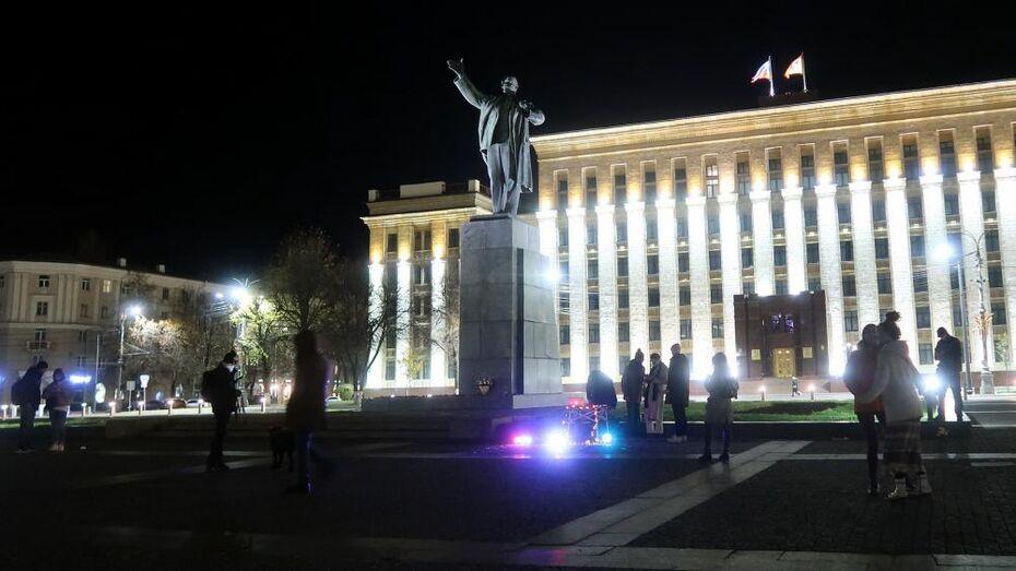 Воронежцы устроили беззвучный рейв в темноте под Лениным