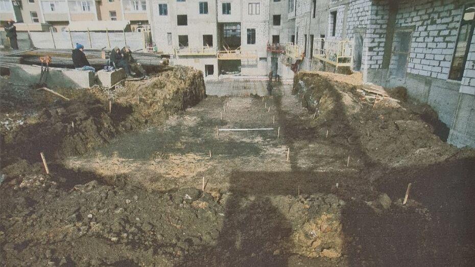 Старинные монеты и посуду с гербом нашли при раскопках на площади Ленина в Воронежа