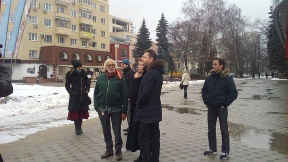 Воронежец сфотографировал гуляющего по городу Пьера Ришара