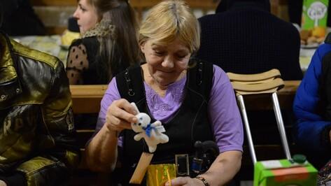 Воронежцы подарили бездомным гитару и духи