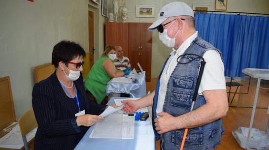 Житель Борисоглебска проголосовал на участке с помощью трафарета для незрячих