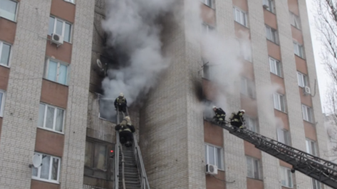 Спасатели сняли на видео тушение пожара в 9-этажке в Воронеже