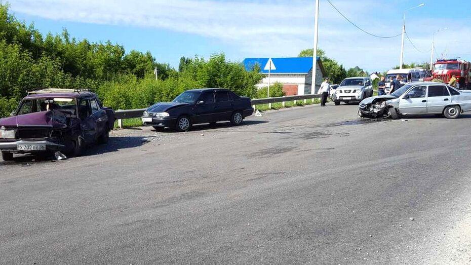 На мосту через реку Дон в Семилуках столкнулись 3 автомобиля
