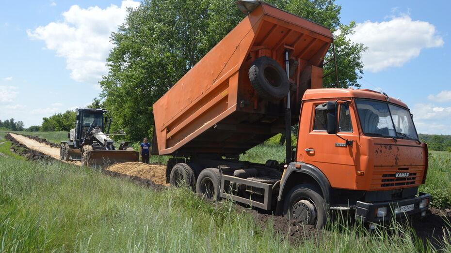 В Эртильском районе общественники отсыпали щебнем 1 км грунтовки в селах Гнилуша и Вязковка