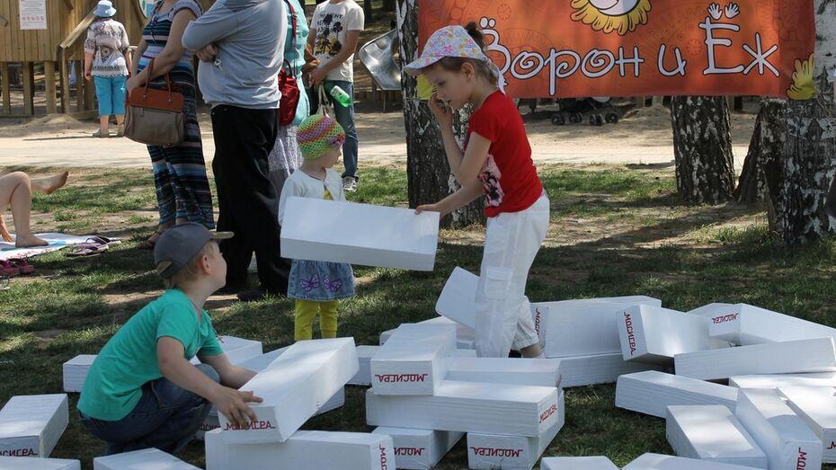На фестивале «Игры нашего детства» воронежцы закапывали «секретики» и строили гигантскую «дженгу»