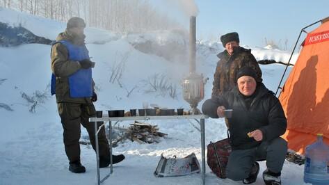 Победителей семилукского турнира по подледному лову наградили путевками на турбазу
