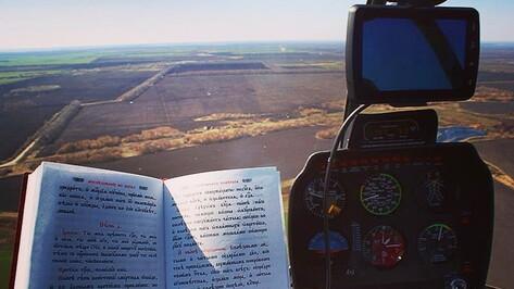 Священнослужитель пролетел над Воронежской областью на вертолете с «иконой от коронавируса»