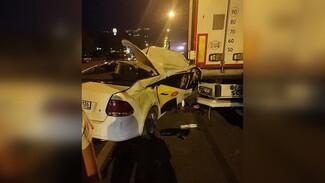 Машина с логотипами такси врезалась в припаркованный грузовик в Воронеже