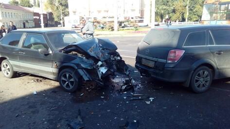 В Воронеже автомобилист повредил 6 машин на Университетской площади