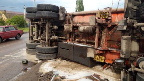 Под Воронежем после ДТП на дорогу разлилось топливо