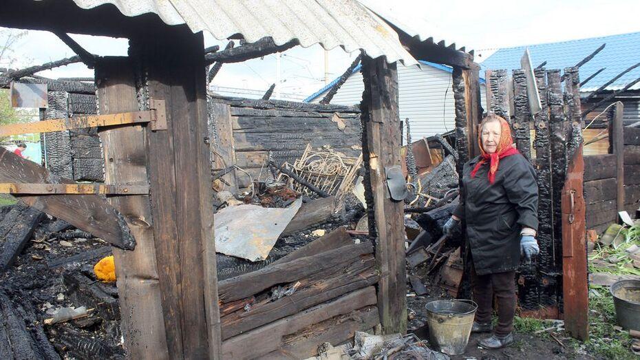 В Таловой сгорело 8 сараев
