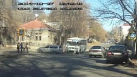 Столкновение маршрутки и «Приоры» в Воронеже попало на ВИДЕО