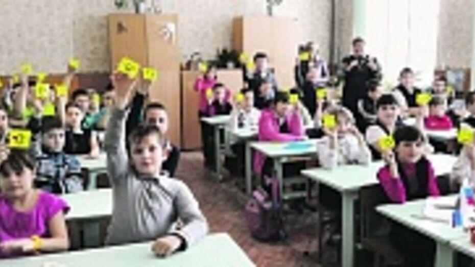 В Панинском районе инспекторы ГИБДД раздали детям тысячу фликеров