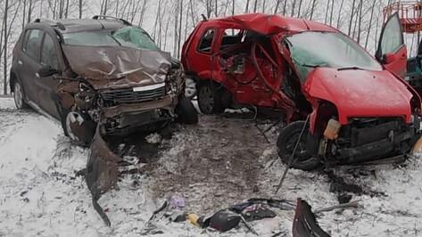 При столкновении Ford и Renault 2 человека погибли и 3 ранены в Воронежской области