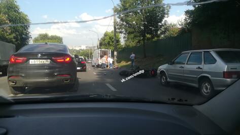 В Воронеже мотоциклист сбил насмерть пешехода и врезался в ВАЗ