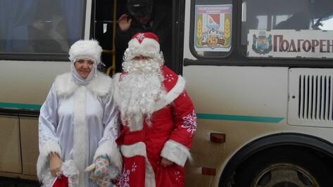 В Подгоренском районе Дед Мороз и Снегурочка развлекали пассажиров рейсовых автобусов