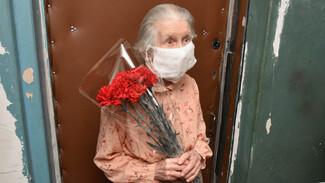 РИА «Воронеж» поздравило старейшего инфекциониста региона «Катюшей»