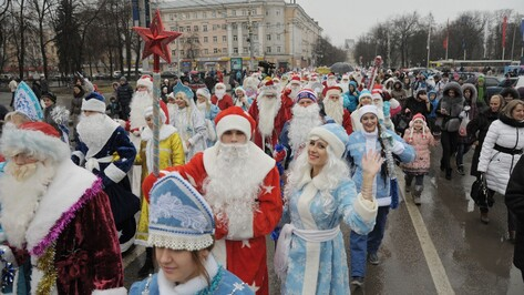 В центре Воронежа Деды Морозы вызывали снег и стужу