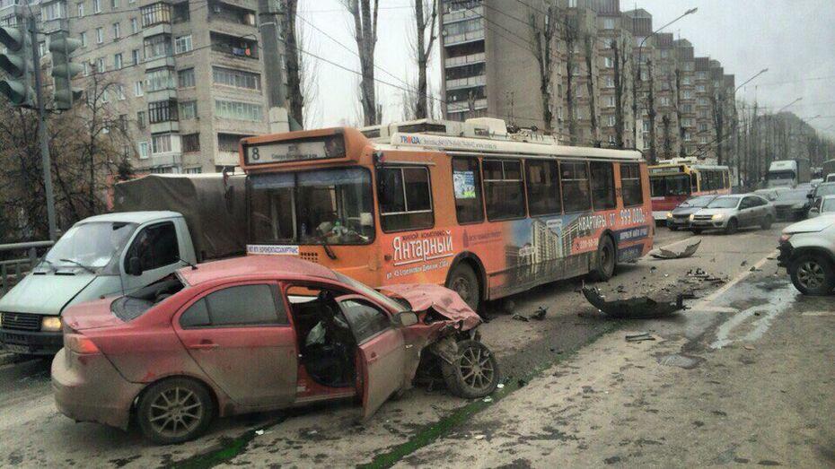В Воронеже в ДТП с 2 машинами и троллейбусом пострадали 3 человека