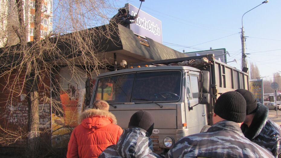 В Советском районе Воронежа сносят незаконно построенный павильон