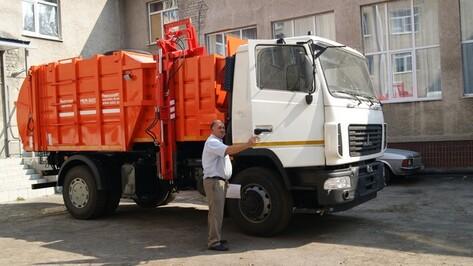 В Рождественском поселении Поворинского района появился новый мусоровоз