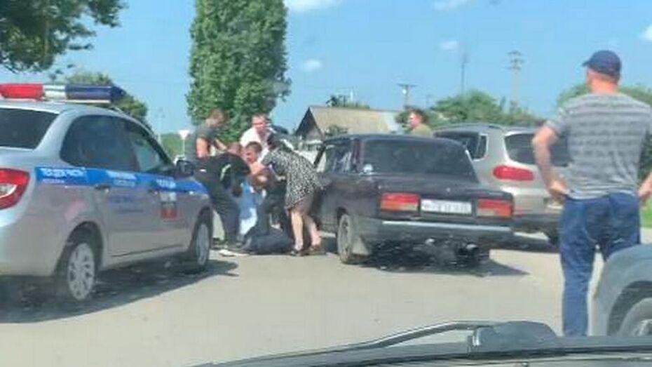 В Борисоглебске пьяные водитель и его подруга напали на полицейских