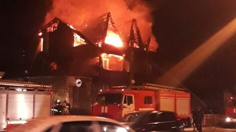 В Коминтерновском районе Воронежа сгорел трехэтажный коттедж