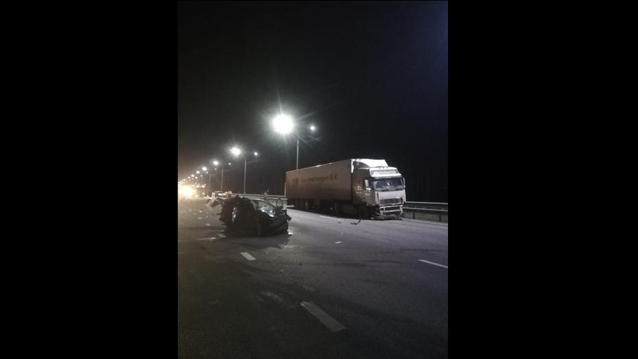 На трассе под Воронежем фура снесла 2 легковушки: погибла женщина