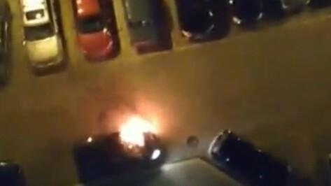 Полиция возбудила уголовные дела о поджоге 3 машин в центре Воронежа