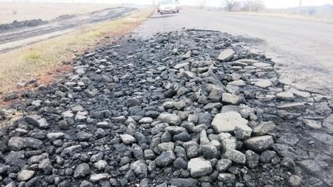В Кантемировском районе задействованные в строительстве железной дороги большегрузы разбили 30 км дорог