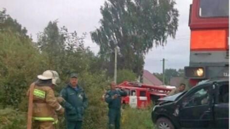 Грузовой поезд столкнулся с легковушкой под Воронежем