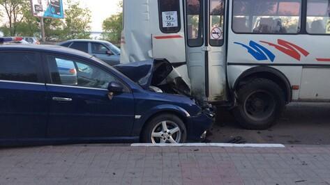 Opel врезался в маршрутный «ПАЗ» на остановке в Воронеже