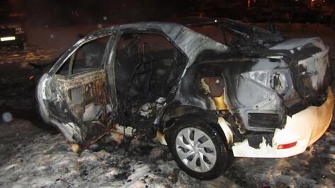 В Воронеже на Шишкова сгорела Toyota Corolla