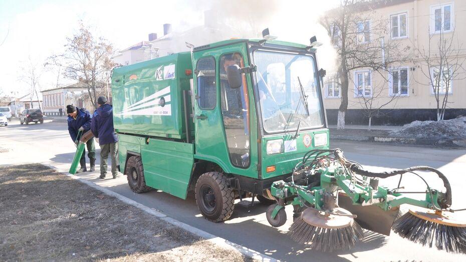 Павловские коммунальщики начали убирать улицы райцентра с «пылесосом»