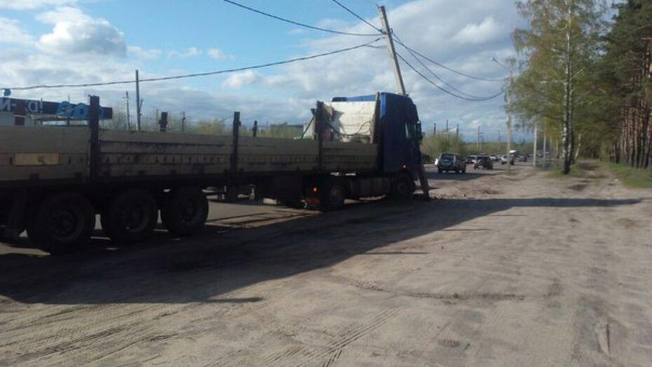 В Воронеже фура без водителя врезалась в световую опору
