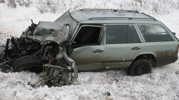 В Кантемировском районе «Мерседес» столкнулся с двумя грузовиками