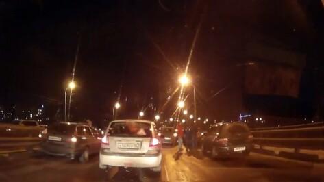 У моста в Воронеже произошло 5 ДТП с участием 11 машин