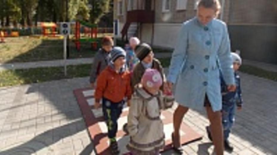 В репьевских детских садах устанавливают площадки для юных пешеходов